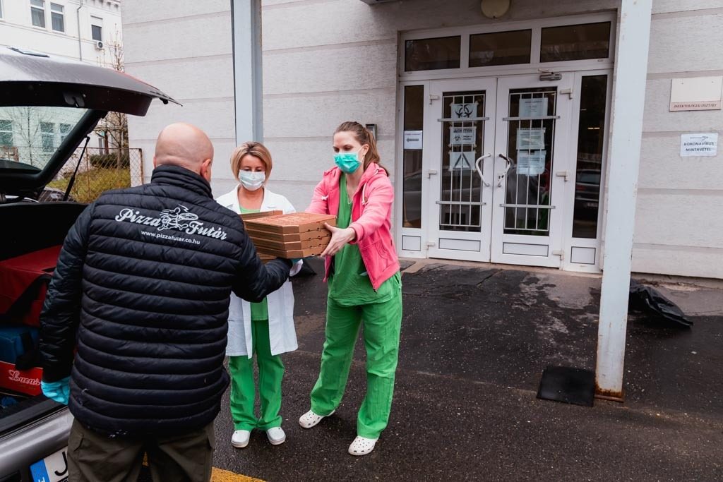Adomány az EÜ dolgozóknak - Pizza átadás (Pizzafutár Szeged)